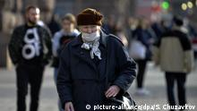 Ukraine Coronavirus ältere Frau mit Mundschutz