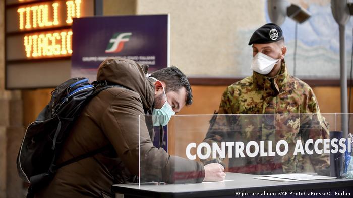 Italien Coronavirus Mailand Hauptbahnhof Checkpoint (picture-alliance/AP Photo/LaPresse/C. Furlan)