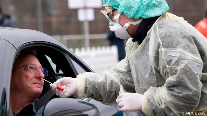 Pengecekkan virus corona melalui sistem drive-through di Jerman