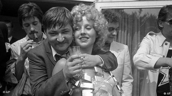 Rainer Werner Fassbinder und Hanna Schygulla (Foto: AP Photo/Edwin Reichert)