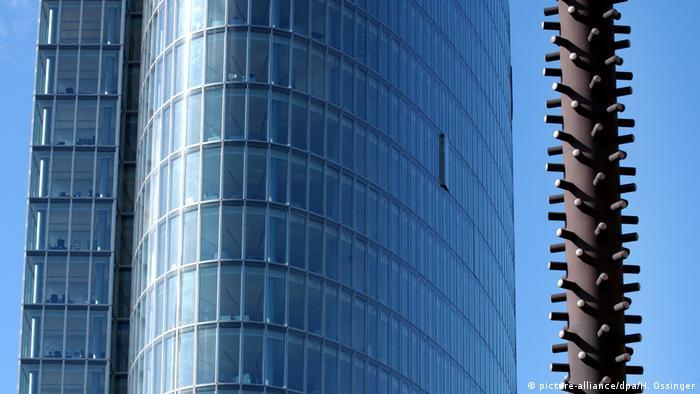 er 90 Meter hohe Glasturm des Bürogebäudes Gap 15 in der Düsseldorfer Innenstadt (l) und die Lichtsäule des Künstlers Günther Uecke (picture-alliance/dpa/H. Ossinger)