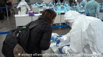 Russland Moskau Kontrollen wegen Coronavirus am Flughafen Scheremetjewo (picture-alliance/TASS/Moscow Healthcare Department)