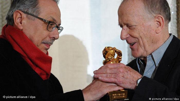 Bei der Berlinale 2010 übergibt Dieter Kosslick einen Bären an Wolfgang Kohlhaase (picture alliance / dpa)