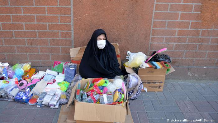 فروش ماسک در کنار یکی از خیابانهای تهران