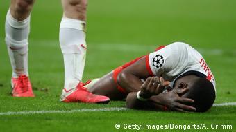 Fußball Champions League - RB Leipzig vs Tottenham Hotspur | Verletzung Mukiele