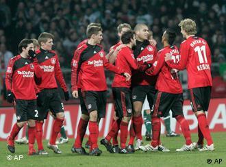 Leverkusener Spieler bejubeln den Torschützen Erin Derdiyok. (Foto: apn)