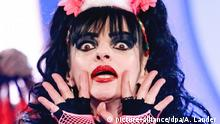 Die Sängerin Nina Hagen tritt am Samstagabend (02.06.2012) beim Sommerfest der Abenteuer in der Getec Arena in Magdeburg auf. Die Musiksendung wurde live in der ARD übertragen. Foto: Andreas Lander dpa/lah | Verwendung weltweit