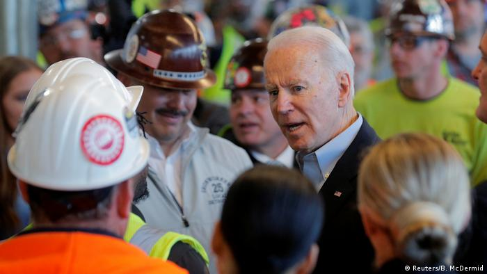 US-Präsidentschaftskandidat Biden im Gespräch mit Arbeitern in einem Werk in Detroit