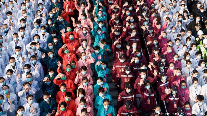 BdTD China Coronavirus - medizinisches Personal feiert die Schließung eines temporären Krankenhauses