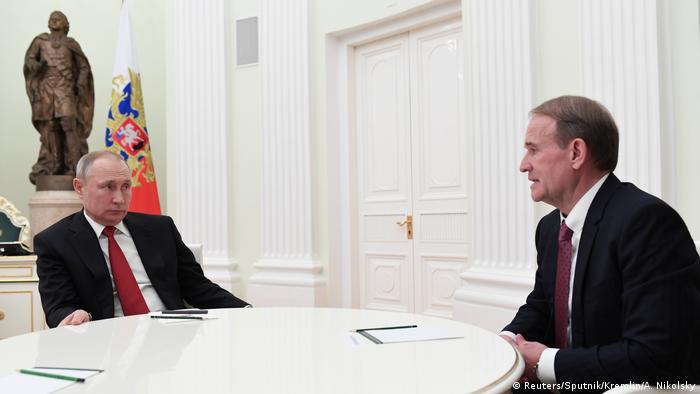 Володимир Путін під час зустрічі зі своїм кумом Віктором Медведчуком у Москві