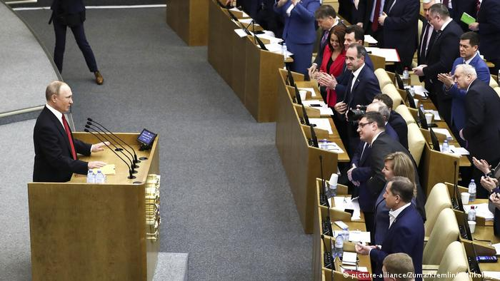 Putin u ruskom parlamentu za govornicom, zastupnici plješću