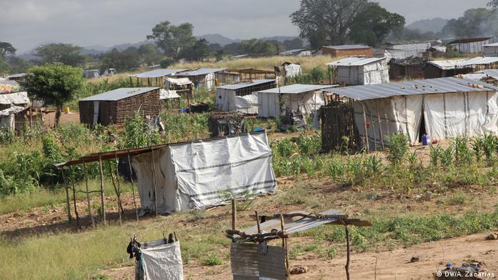 Casas improvisadas em Chimbonde, em Tete