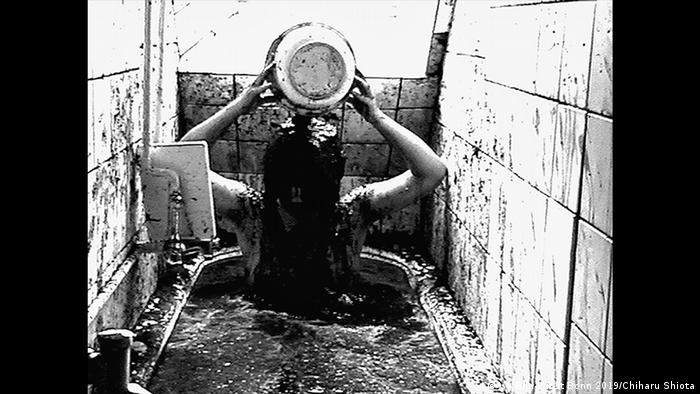 Mud bath performance (VG Bild-Kunst Bonn 2019/Chiharu Shiota)