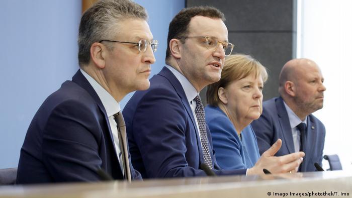 Berliner Pressekonferenz zum Coronavirus mit Kanzlerin Angela Merkel sowie mit Robert-Koch-Institutspräsident Lothar Wieler und Gesundheitsminister Jens Spahn (von links). Ganz rechts der Vertreter der Bundespressekonferenz(Foto: Imago Images/photothek/T. Imo)