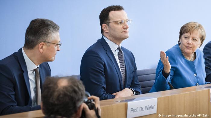 Angela Merkel (R), Jens Spahn (M), Lothar Wieler (L)