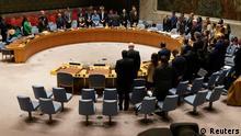 Mitglieder des Sicherheitsrates der Vereinten Nationen halten zu Beginn einer Sitzung über Afghanistan im Hauptquartier der Vereinten Nationen im Stadtbezirk Manhattan in New York City eine Schweigeminute ein