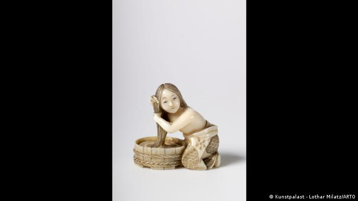 Japanese Netsuke figure, a bathing girl (Kunstpalast - Lothar Milatz/ARTO)
