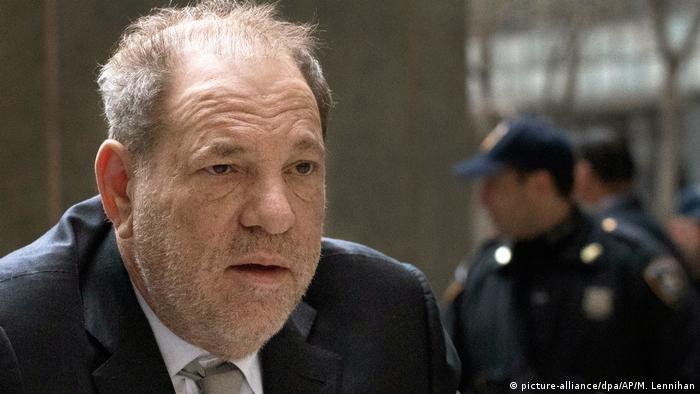 Weinstein im Gerichtsgebäude, im Hintergrund Polizeibeamte