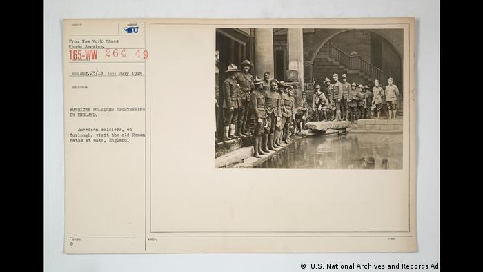 در نمایشگاه تاریخ فرهنگی حمام تابلوی دیگری وجود دارد که سربازان آمریکایی را در پایان جنگ جهانی اول در یک گرمابه رومی در بریتانیا نشان میدهد. این عکس تاریخی در سال ۱۹۱۸ گرفته شده است.