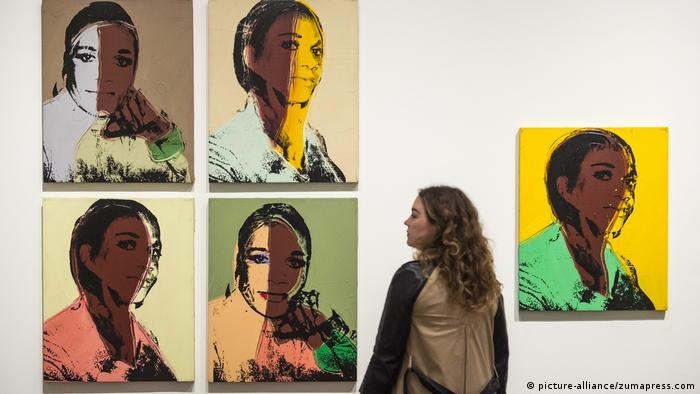 Tate Modern Art Gallery staff member poses next to ''Ladies and Gentlemen (Alphanso Panell)'', 1975 (picture-alliance/zumapress.com)