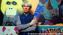 Colorful photograph of pop artist Andy Warhol posed standing in front of a large piece of art. Credit: 2902343GP/MPI/Capital Pictures CAP/MPI/GP ©GP/MPI/Capital Pictures | Keine Weitergabe an Wiederverkäufer.