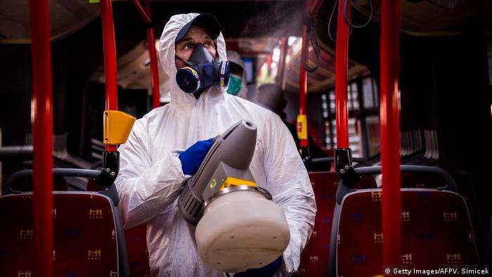 Slovakai Bratislava | Desinfizierung eines Busses wegen Coronavirus