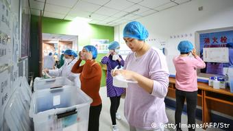 China Wuhan | Medizinisches Personal im Red Cross Hospital (Getty Images/AFP/Str)