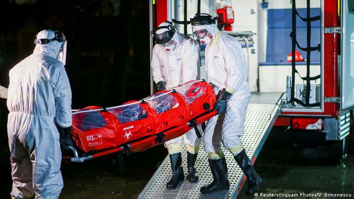 Un pacient infectat cu Covid-19 e transportat la spital - imagine din martie, Timisoara (Reuters/Inquam Photos/V. Simonescu)