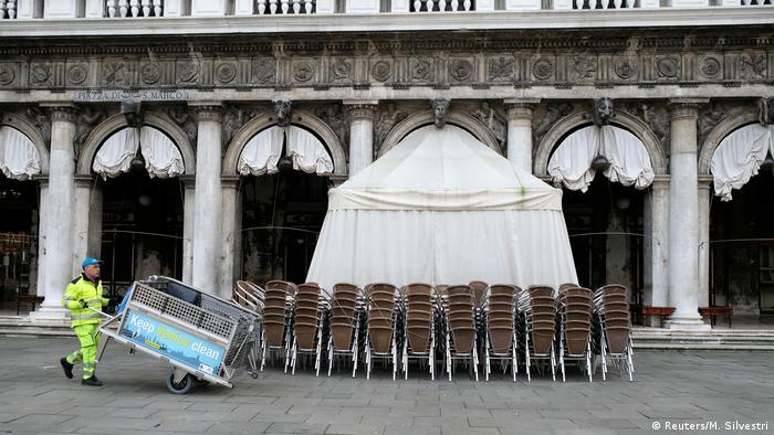 Стулья около уличного кафе в Венеции