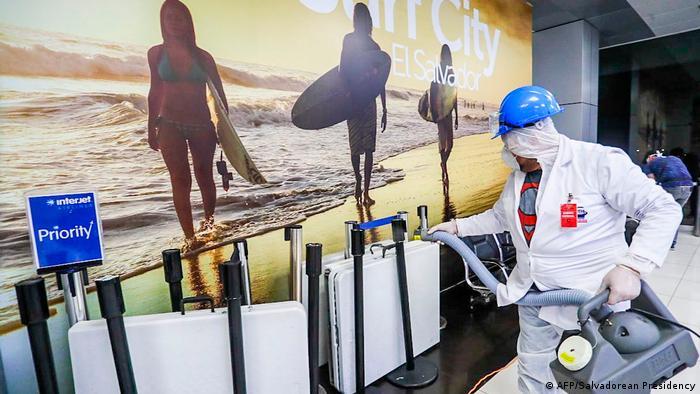 Desinfección en aeropuerto de San Salvador.