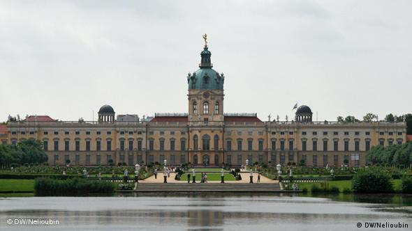 Вид на дворец со стороны парка