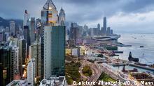 Hong Kong, Blick vom Hotel The Excelsior auf das Verkehrsknotenpunkt...