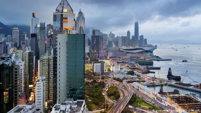 Hong Kong, Blick vom Hotel The Excelsior auf das Verkehrsknotenpunkt... (picture-alliance/dpa/D.-D. Mann)