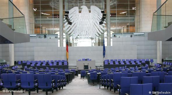 Орел в пленарном зале Рейхстага выполнен по проекту немецкого скульптора Людвига Гиса (Ludwig Gies)