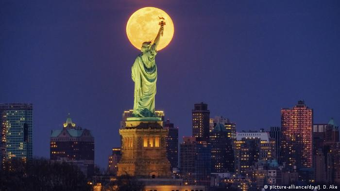 USA coronavirus Statue of Liberty in New York City (picture-alliance/dpa/J. D. Ake)