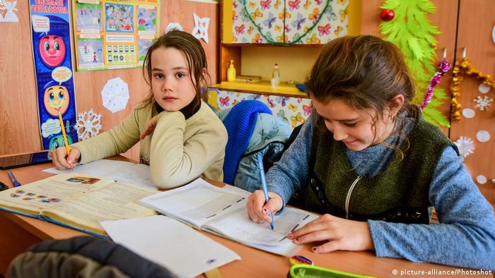 Ukrainische Schüler beim Hausaufgaben machen
