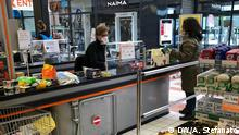12.3.2020, Treviso, Venetien, Italien, Kassierin im Supermarkt bedient mit Maske vereinzelte Kunden. Treviso, Venetien, Italien. Beschränkungen wegen Corona-Epidemie verschärft.