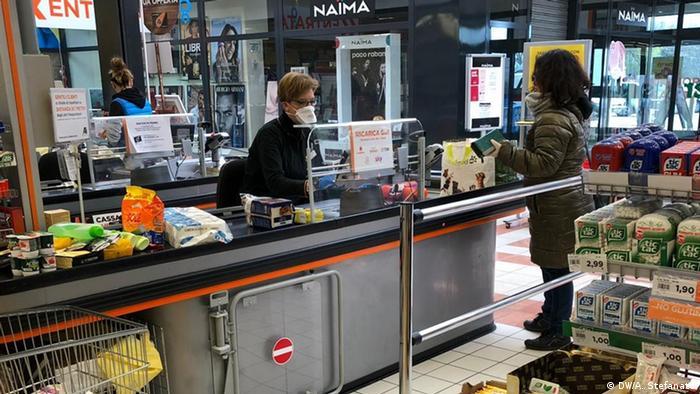 Italienische Supermarkt-Kassiererin mit Schutzmaske, Italien (DW/A. Stefanato)