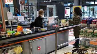 Italienische Supermarkt-Kassiererin mit Schutzmaske, Italien