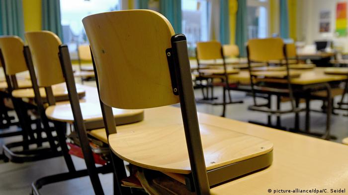 Stock photo of school chairs (picture-alliance/dpa/C. Seidel)