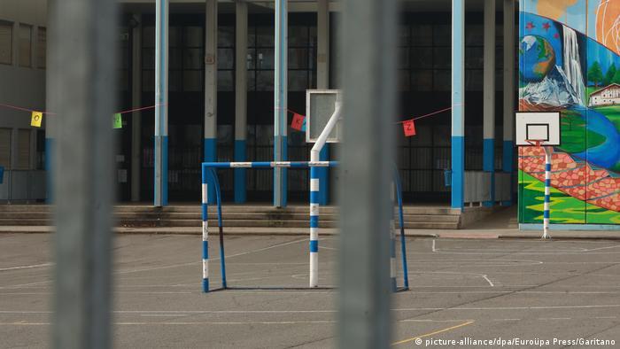 Eine geschlossene Schule in Vitoria im Baskenland - ein Foto, das die derzeitige Realität in vielen europäischen Ländern abbildet (Foto: picture-alliance/dpa/Euroüpa Press/Garitano)