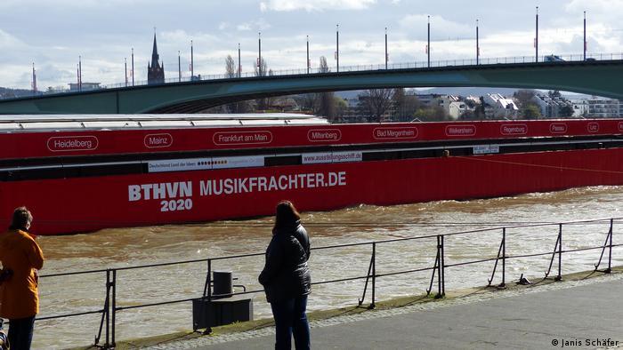 Start des Beethoven-Frachters am Rheinufer in Bonn (DW/R. Fuller)