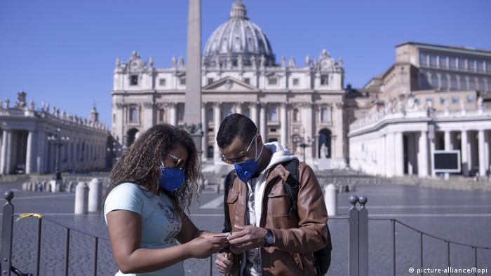 Жителі Рима в масках під час карантину