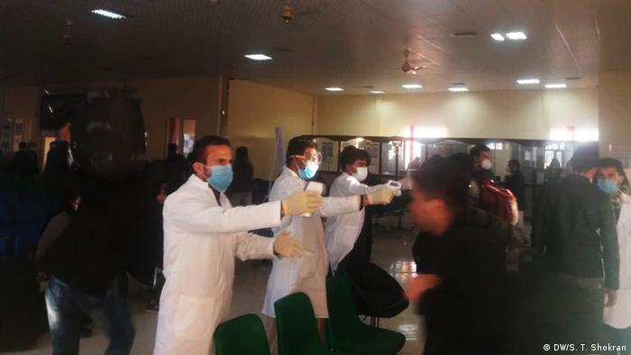 Virentest bei afghanischen Rückkehrer aus dem Iran (DW/S. T. Shokran)