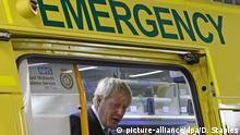 ARCHIV - 05.08.2019, Großbritannien, Boston: Boris Johnson, Premierminister von Großbrittanien, inspiziert einen Krankenwagen während eines Besuchs im Pilgrim Hospital. (zu dpa «Streit um britischen Gesundheitsdienst - Johnson kassiert Handy») Foto: Darren Staples/PA Wire/dpa +++ dpa-Bildfunk +++  