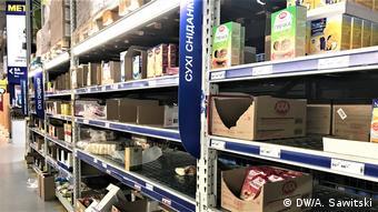 Полки с товарами в одном из магазинов Киева