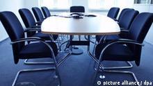 Stühle stehen um einen Tisch im Konferenzzimmer eines Unternehmens in Frankfurt am Main am 06.08.2008. Auf dem Tisch steht Zubehör zum Abhalten einer Videokonferenz oder einer Telefonkonferenz. Foto: Wolfram Steinberg +++(c) dpa - Report+++ pixel