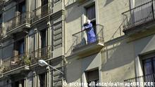 Weisshaarige Frau steht im Morgenmantel auf ihrem Balkon, Hausfassaden, Barcelona, Katalonien, Spanien, Europa | Verwendung weltweit, Keine Weitergabe an Wiederverkäufer.