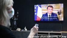 12.03.2020, Frankreich: ©PHOTOPQR/L'ALSACE/Jean-François FREY ; ; 12/03/2020 ; Une femme avec un masque devant la télévision lors de l'Allocution du Président de la République Emmanuel Macron pour parler de la crise du Coronavirus Covid-19. - 2020/03/12. Coronavirus: Emmanuel Macron addresses the French in a televised address. *** Local Caption *** Foto: Jean-François Frey/MAXPPP/dpa |