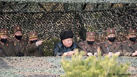 BdTD Coronavirus in Nordkorea Staatschef Kim bei Artillerie-Übung (Reuters/Kcna)